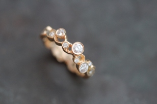 Open vine band in yellow gold with milgrain detail